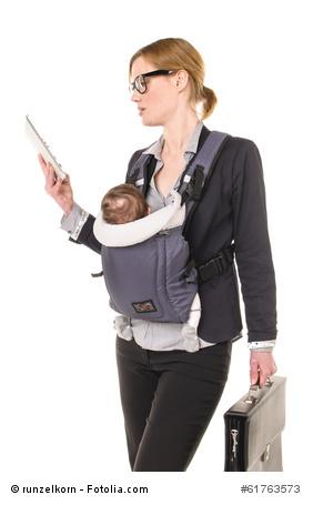 Studentin mit Baby und Tablet-PC